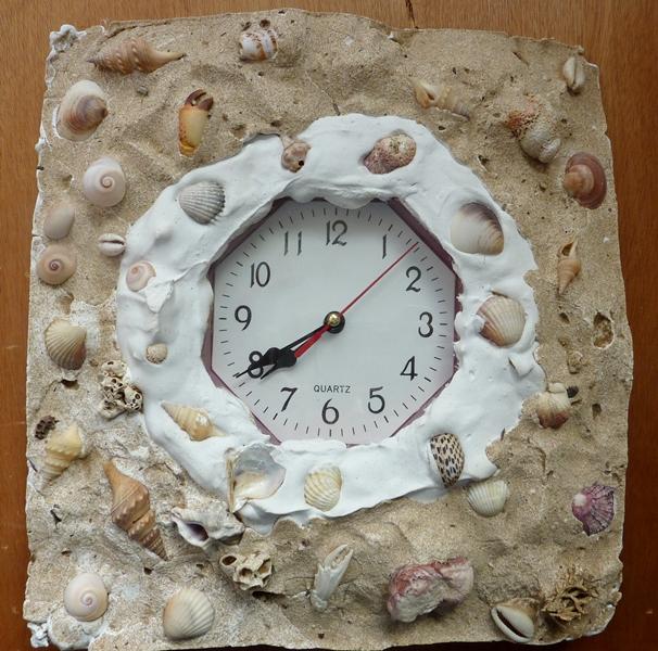 שעון- יציקת גבס וצדפים. אליה גורשטיין.