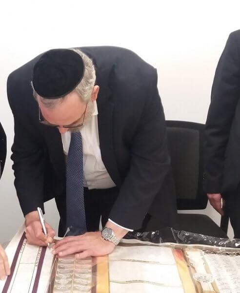 חבר הכנסת הרב יעקב אשר חותם על היצירה